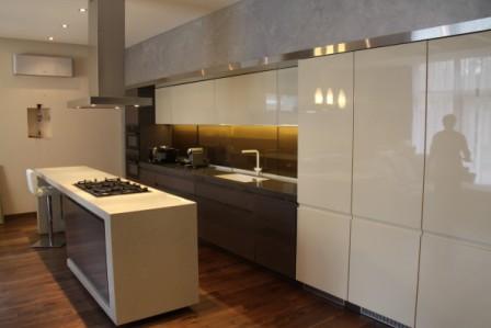 Кухня с островом из искусственного